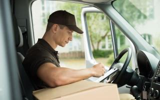 Bestelauto's bleven na werktijd op bedrijfsterrein achter